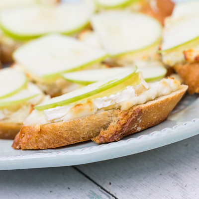 Baked Brie and Apple Crostinis featured